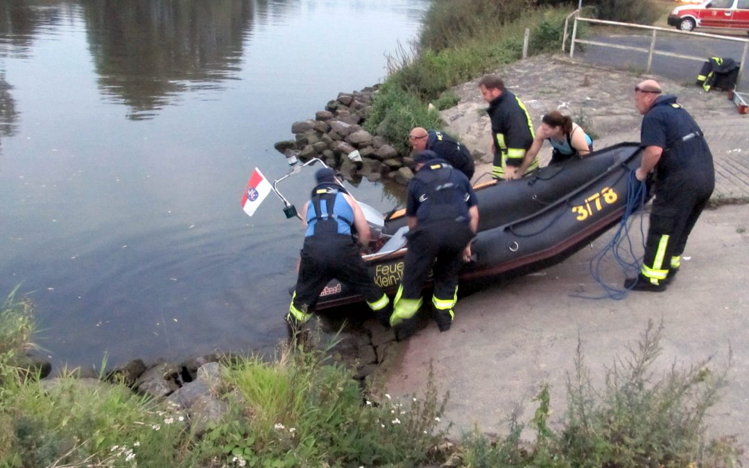 Zwei bewusstlose Personen treiben nach Kollision mit ihrem Jet-Ski und einem Schiff auf dem Main.